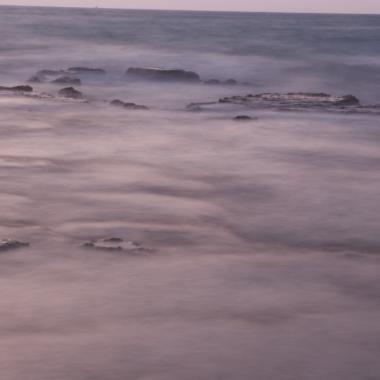 מצד שמאל לסירה הטרופה צד דרומי יש מצוק נמוך ובשקיעה המים מכסים קצת את הסלעים