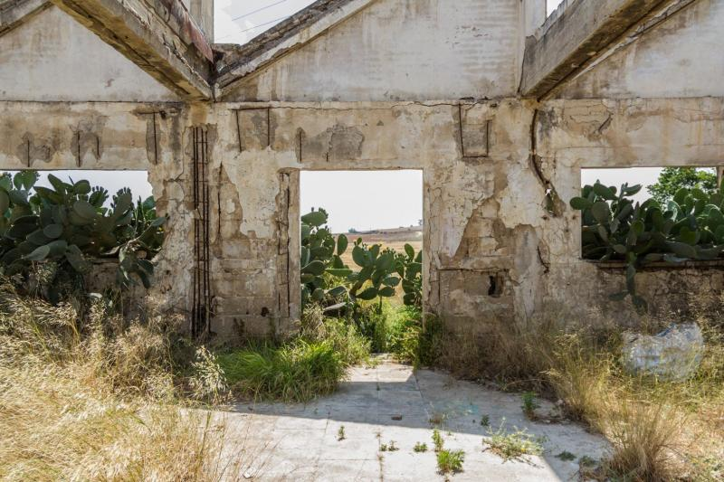 דלת במבנה נטוש