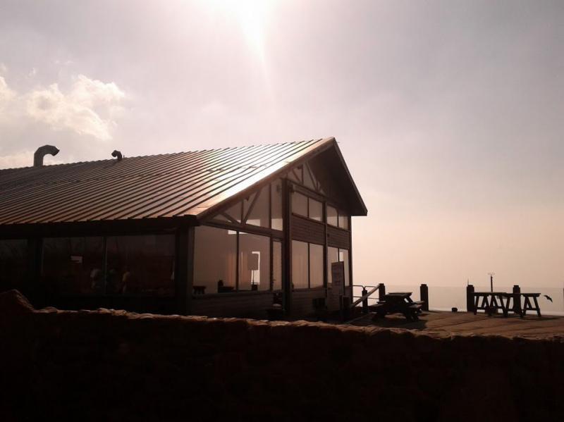 מבנה מעץ על ההר
