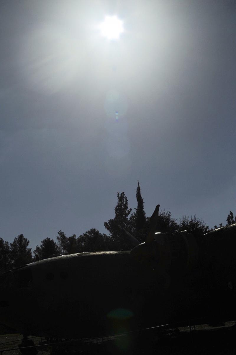 השמש מעל המטוס
