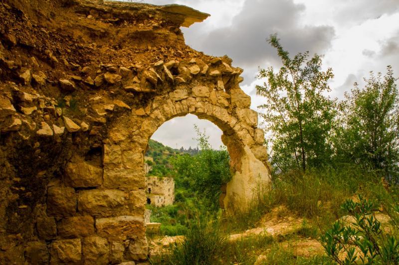 חלק ממבנה נטוש בכפר