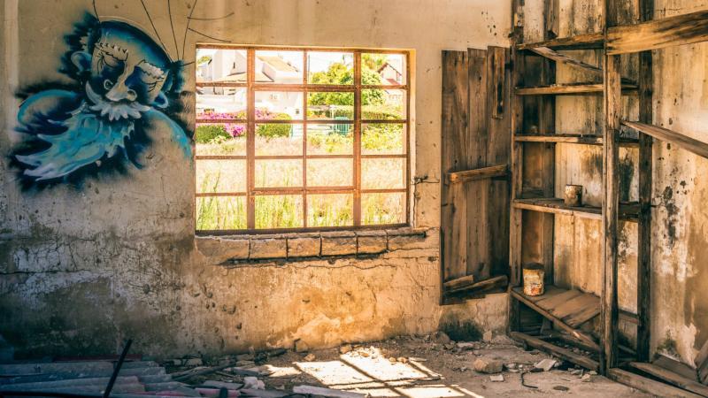 חלון וגרפיטי במבנה נטוש בבית חנן