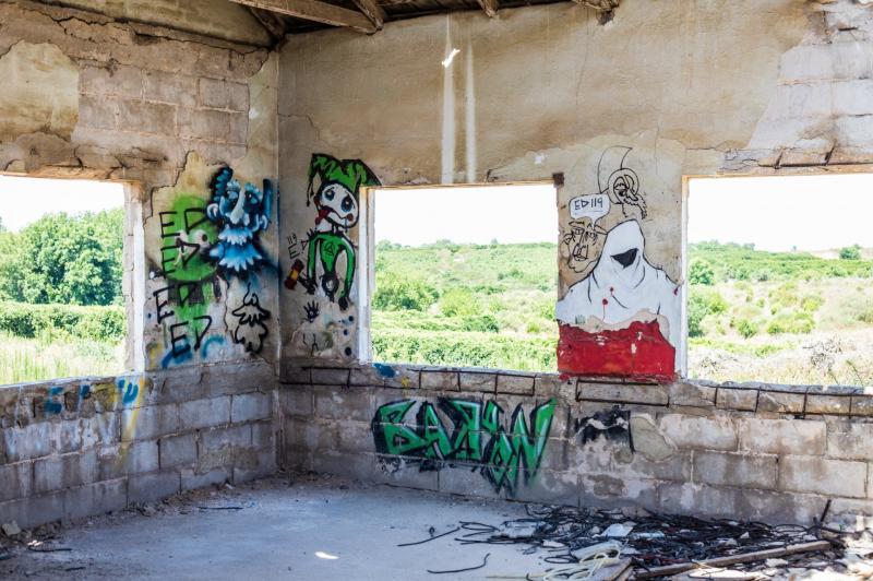 בתוך מבנה נטוש בבית חנן