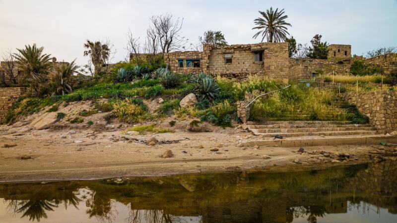 מבנים נטושים בחוף אכזיב