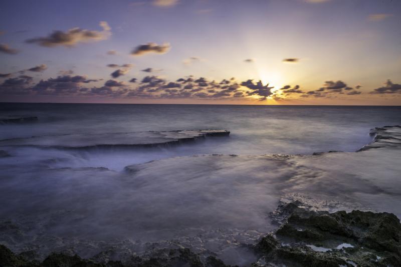 חוף אכזיב בנהריה יש מבחר גדול של לוקישנים מרהיבים