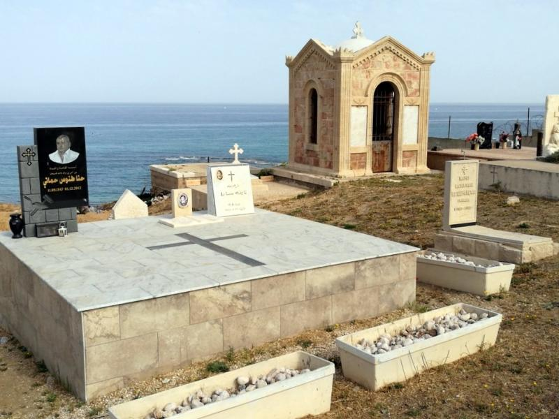 עוד מצבות בבית הקברות