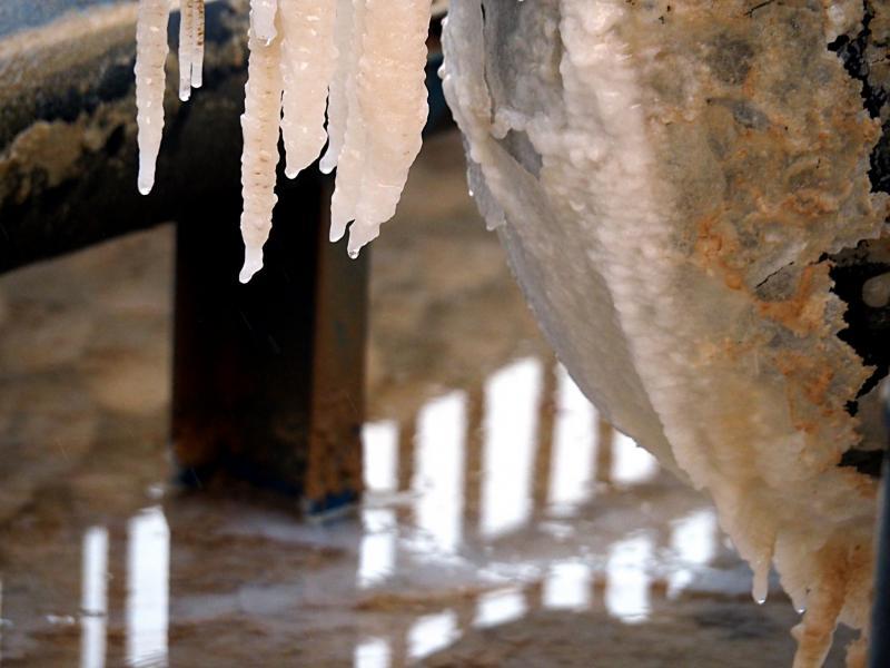 נטפי מלח  צפון ים המלח בסוף הטיילת