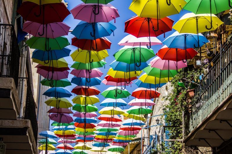 מטריות צבעוניות ברחוב