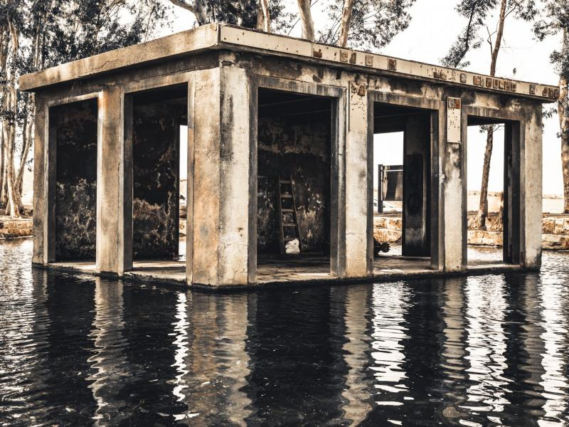 מבנה נטוש על המים
