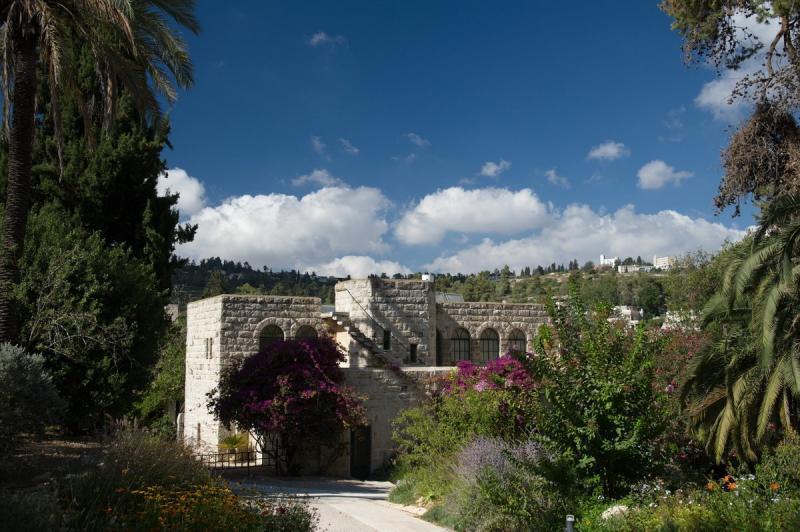 בחצר המנזר