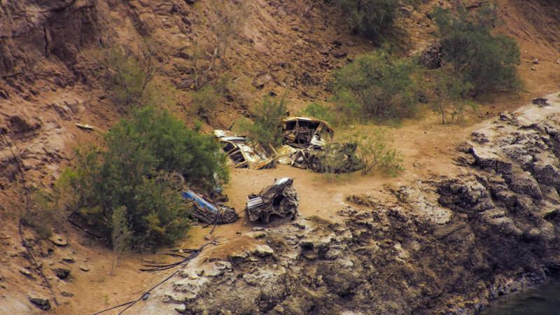 רכבים נטושים בתוך הקניון
