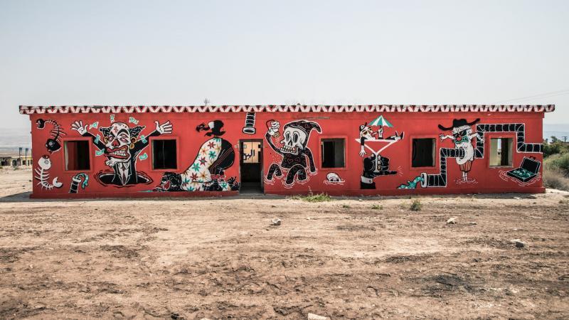 גרפיטי על מבנים בחוף קליה