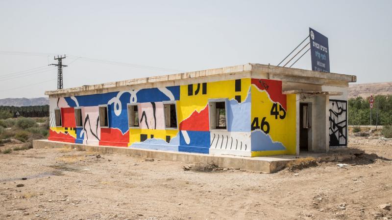 מבנה עם ציורים מפרויקט Gallery 430 בחוף קליה