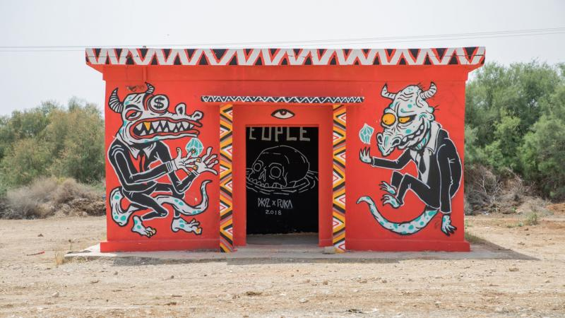 גרפיטי על מבנים נטושים בחוף קליה בים המלח