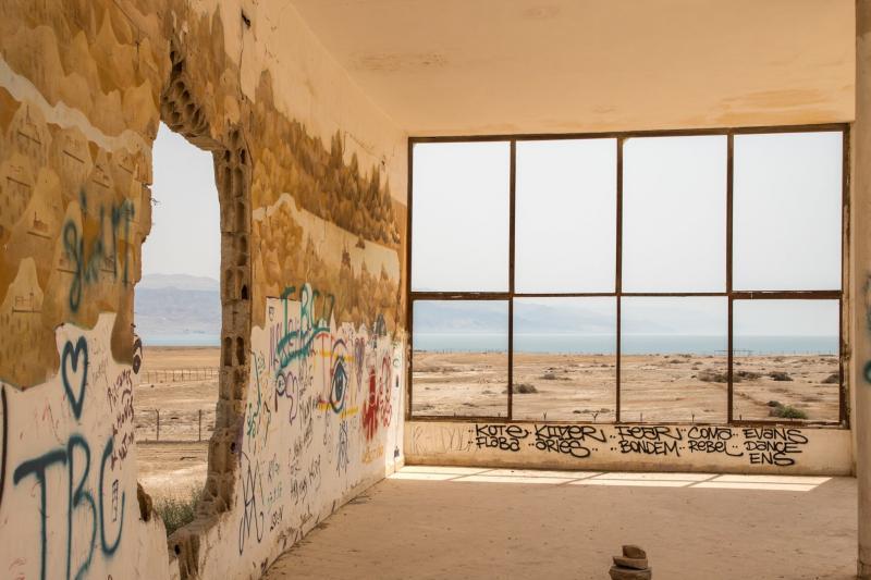 מבנה נטוש עם חלונות ענקיים