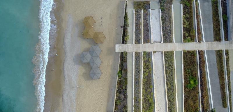 חצר מרכז פרס לשלום והירידה לחוף