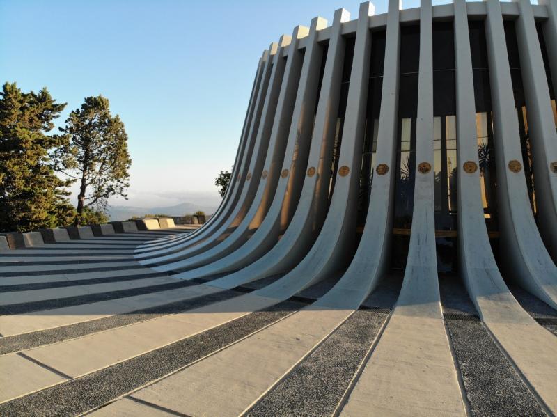 מבנה האנדרטה בצורת גזע עץ כרות או הר געש