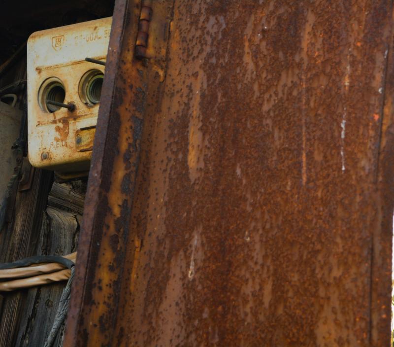 מי מציץ מאחורי הדלת
