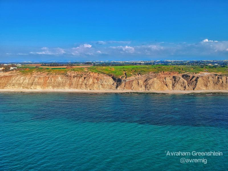 מבט מעומק הים כחצי קילומטר לכייון החוף