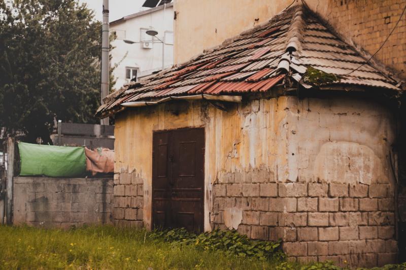 בית רעפים נטוש באמצע בני ברק