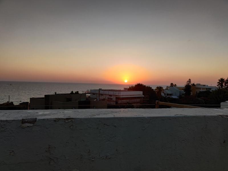 דירת סטודיו עם מרפסת ענקית מול הים