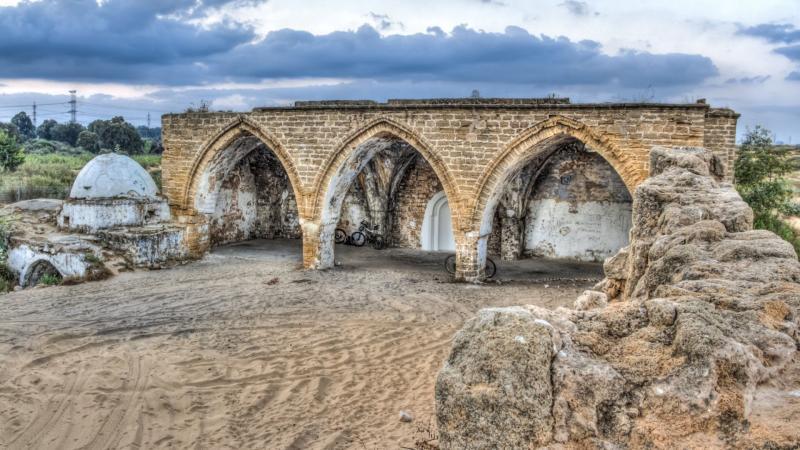 מבנה עתיק עם קשתות